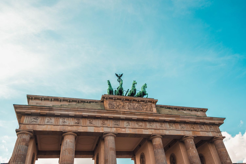 Das Brandenburger Tor vor strahlend blauem Himmel