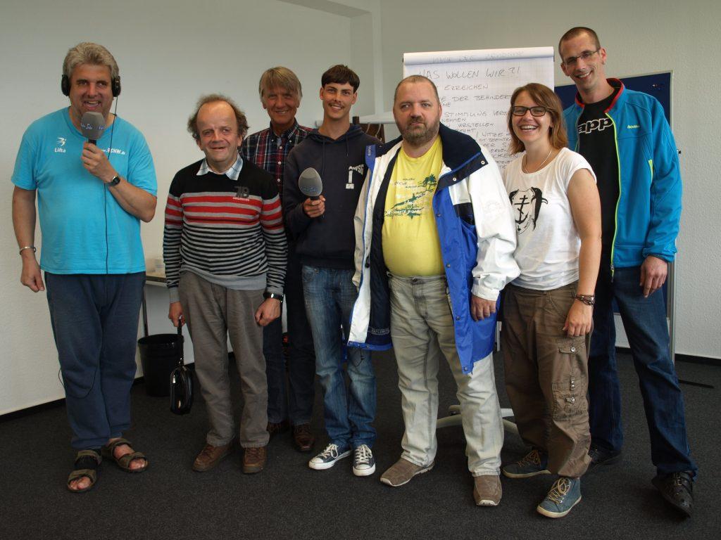Gruppe von Menschen im Radiostudio