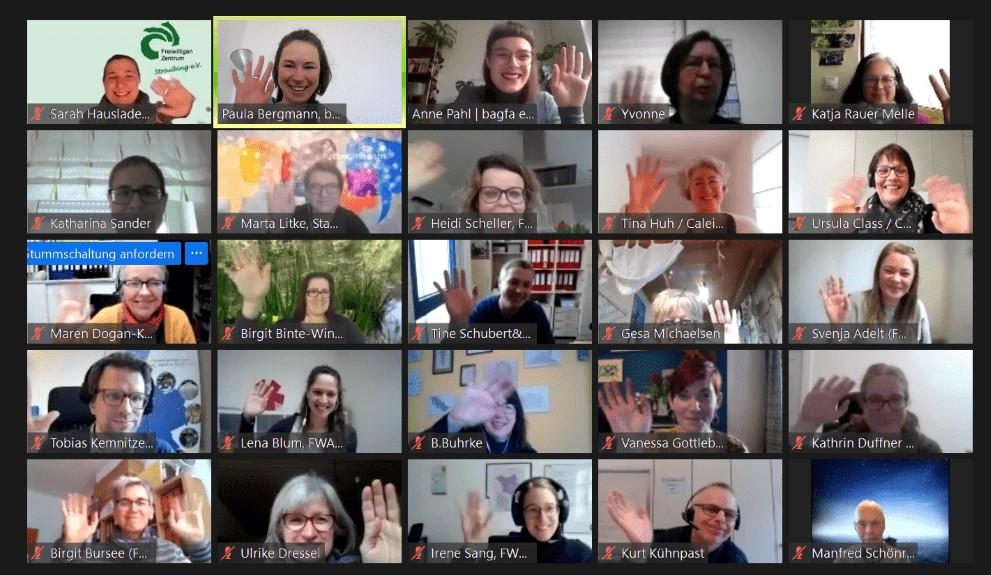 Die Teilnehmer:innen des digitalen Arbeitsforums winken in die Webcam